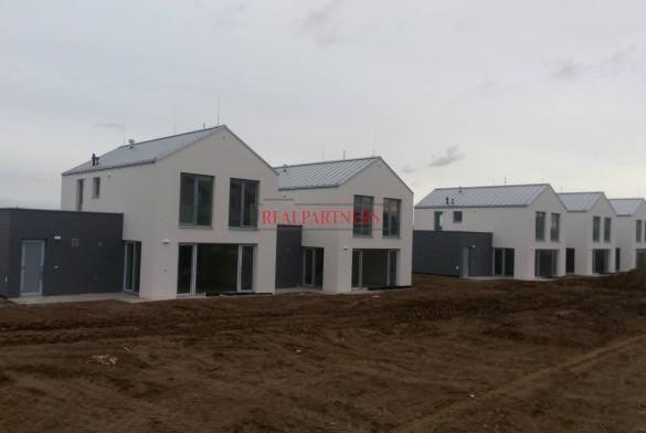 Cihlový, řadový rodinný dům 5+kk o ploše 151,8 m² + terasa 14 m² na pozemku 1348  m²..