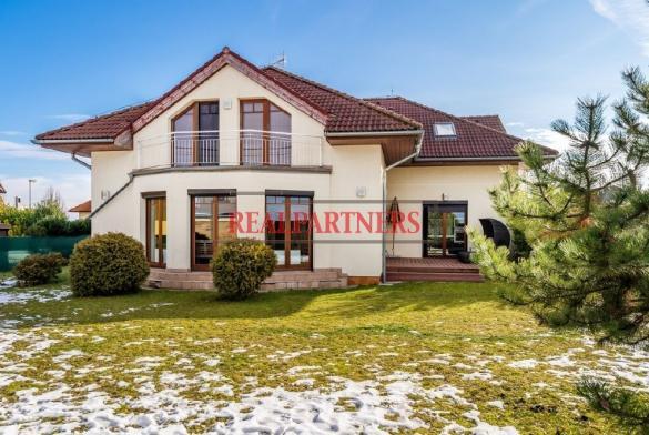 Prodej luxusního rodinného domu o ploše 423 m²+1010 m² zahrada v Hostivicich v těsné blízkosti Prahy.